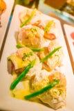 Los huevos Benedicto tostaron los molletes ingleses, jamón, aspara de los huevos escalfados Imagenes de archivo