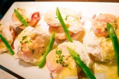 Los huevos Benedicto tostaron los molletes ingleses, jamón, aspara de los huevos escalfados Fotografía de archivo