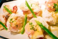 Los huevos Benedicto tostaron los molletes ingleses, jamón, aspara de los huevos escalfados Foto de archivo