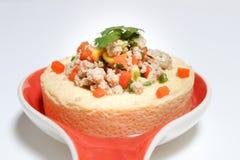 Los huevos cocidos al vapor con cerdo, el tomate, el maíz, y la verdura en plato en nombre tailandés del blackground blanco son t imagen de archivo libre de regalías