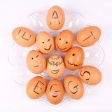 Los huevos con una inscripción COMEN LOS HUEVOS fotografía de archivo