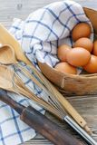 Los huevos de Brown en el tamiz viejo, rodillo, baten y cucharean Fotos de archivo libres de regalías