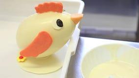Los huevos de chocolate de Pascua en la forma de un polluelo dan el chef de repostería almacen de metraje de vídeo