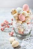 Huevos de Pascua y rama del cerezo de la primavera Fotografía de archivo libre de regalías