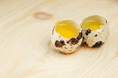 Los huevos de codornices en un tablero de madera Aún la vida rústica Fotografía de archivo libre de regalías