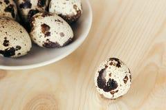 Los huevos de codornices en un tablero de madera Aún la vida rústica Imagen de archivo libre de regalías