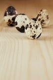 Los huevos de codornices en un tablero de madera Aún la vida rústica Fotos de archivo libres de regalías