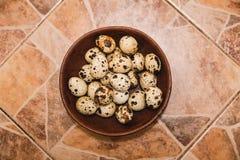 Los huevos de codornices están en las mercancías marrones en el embaldosado Fotografía de archivo libre de regalías
