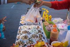 Los huevos de codornices fritos hacen compras, favorablemente en urbano de Tailandia Fotos de archivo