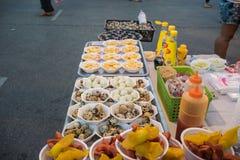 Los huevos de codornices fritos hacen compras, favorablemente en urbano de Tailandia Foto de archivo
