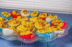 Los huevos de Deviled, Pascua colorearon Imágenes de archivo libres de regalías