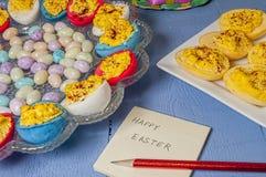 Los huevos de Deviled, Pascua colorearon, candypost él nota Fotos de archivo
