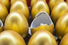 Los huevos de oro quebrados Imagen de archivo