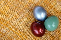 Los huevos de Pascua coloridos en la armadura de bambú cubren el fondo, Imagen de archivo libre de regalías