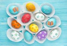 Los huevos de Pascua coloridos fijaron, fondo de los huevos de Pascua Fotografía de archivo