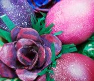 Los huevos de Pascua coloridos y subieron Fotos de archivo
