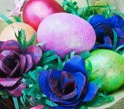 Los huevos de Pascua coloridos y subieron Imagen de archivo libre de regalías