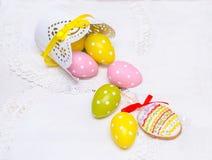Los huevos de Pascua de la galleta y los huevos en guisantes vertieron de un pote Imagenes de archivo