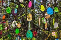 Los huevos de Pascua decorativos hicieron el ‹del †del ‹del †de la madera contrachapada Imagenes de archivo