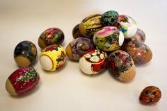 Los huevos de Pascua diversicolorous brillantes Fotografía de archivo