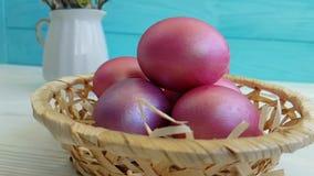 Los huevos de Pascua en la cesta dan el tiroteo lento,