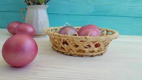Los huevos de Pascua en la cesta reducen el tiroteo, vueltas