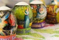 Los huevos de Pascua en la tabla están situados en varios Foto de archivo libre de regalías