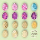 Los huevos de Pascua felices en colores pastel fijaron con el modelo o el ornamento Fotos de archivo