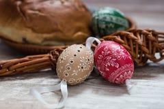Los huevos de Pascua hechos en casa y hechos a mano en abedul ramifican en la bandeja de madera, checo tradicional, caza del huev imagen de archivo libre de regalías