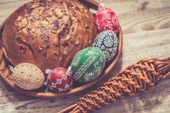 Los huevos de Pascua hechos en casa y hechos a mano en abedul ramifican en la bandeja de madera, checo tradicional, caza del huev foto de archivo libre de regalías