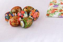 Los huevos de Pascua laquean la pintura del regalo y del recuerdo únicos y hermosos para el día de fiesta Fotos de archivo