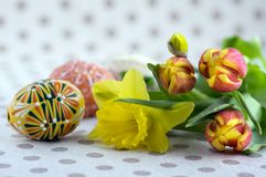 Los huevos de Pascua pintados hechos a mano hechos en casa, artesanía tradicional eggs imágenes de archivo libres de regalías