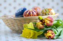 Los huevos de Pascua pintados hechos a mano hechos en casa en cesta de mimbre, artesanía tradicional eggs foto de archivo libre de regalías