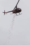 Los huevos de Pascua plásticos consiguen caídos del helicóptero para el evento de la comunidad Fotos de archivo libres de regalías