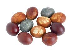 Los huevos de Pascua rojos rurales del pollo se pintan con una cáscara de las cebollas Imagen de archivo