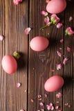Los huevos de Pascua rosados encendido wodden el fondo Copyspace Todavía foto de la vida de las porciones de huevos de Pascua ros Foto de archivo libre de regalías