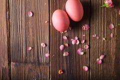Los huevos de Pascua rosados encendido wodden el fondo Copyspace Todavía foto de la vida de las porciones de huevos de Pascua ros Imagen de archivo