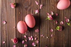 Los huevos de Pascua rosados encendido wodden el fondo Copyspace Todavía foto de la vida de las porciones de huevos de Pascua ros Fotografía de archivo