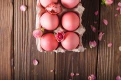 Los huevos de Pascua rosados encendido wodden el fondo Copyspace Todavía foto de la vida de las porciones de huevos de Pascua ros Fotos de archivo