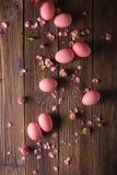 Los huevos de Pascua rosados encendido wodden el fondo Copyspace Todavía foto de la vida de las porciones de huevos de Pascua ros Imagen de archivo libre de regalías