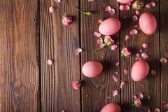 Los huevos de Pascua rosados encendido wodden el fondo Copyspace Todavía foto de la vida de las porciones de huevos de Pascua ros Fotografía de archivo libre de regalías