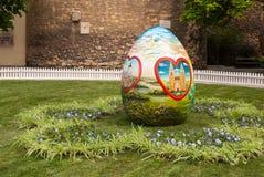 Los huevos de Pascua se colocan en el cuadrado delante de la cátedra de Zagreb Fotografía de archivo