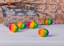 Los huevos de Pascua y y la cesta con el manojo de sauce ramifica Imágenes de archivo libres de regalías