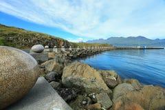 Los huevos de piedra de la feliz bahía, Djupivogur, Islandia Imagenes de archivo