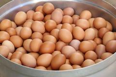 Los huevos en pote grande se preparan para hervir Imagenes de archivo