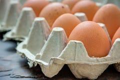 Los huevos en una bandeja tiraron un fondo de piedra Fotos de archivo