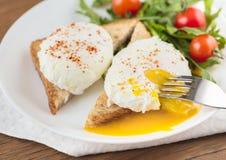 Los huevos escalfados imagen de archivo