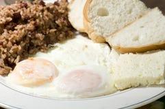 Los huevos fritos del estilo nicaragüense desayunan con el arroz y la haba Gallo p imagenes de archivo