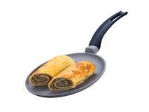 Los huevos fritos del pan con carne frieron en una cacerola en un fondo bajo, blanco Imagenes de archivo