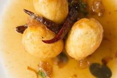 Los huevos fritos remataron con una mezcla de tamarindo Imagen de archivo libre de regalías